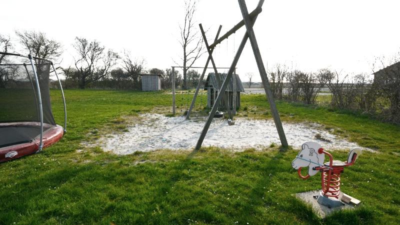 Legeplads med trampolin, sandkasse, gyngestativ mv.
