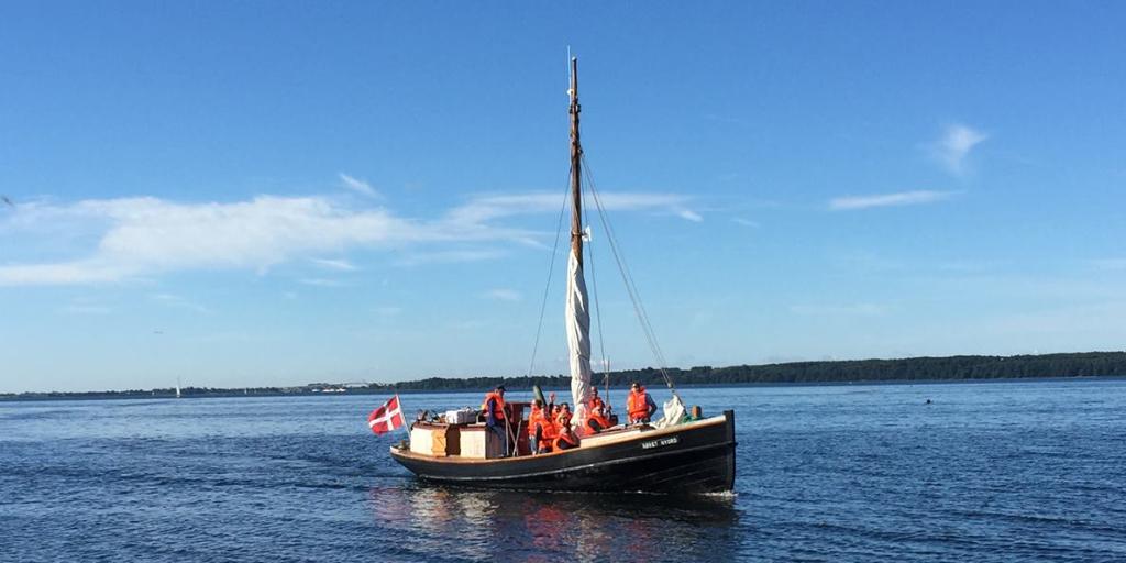 Postbåden Røret anløber Camping Mønbroen