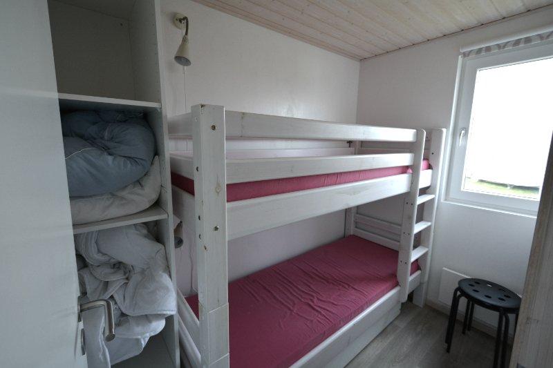 værelse med køjeseng i hytte